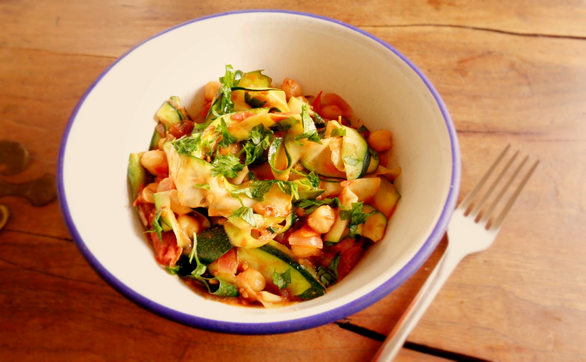 """ Massa"" de courgette com molho de tomate e grão // Courgette pasta with tomato and chickpea sauce"