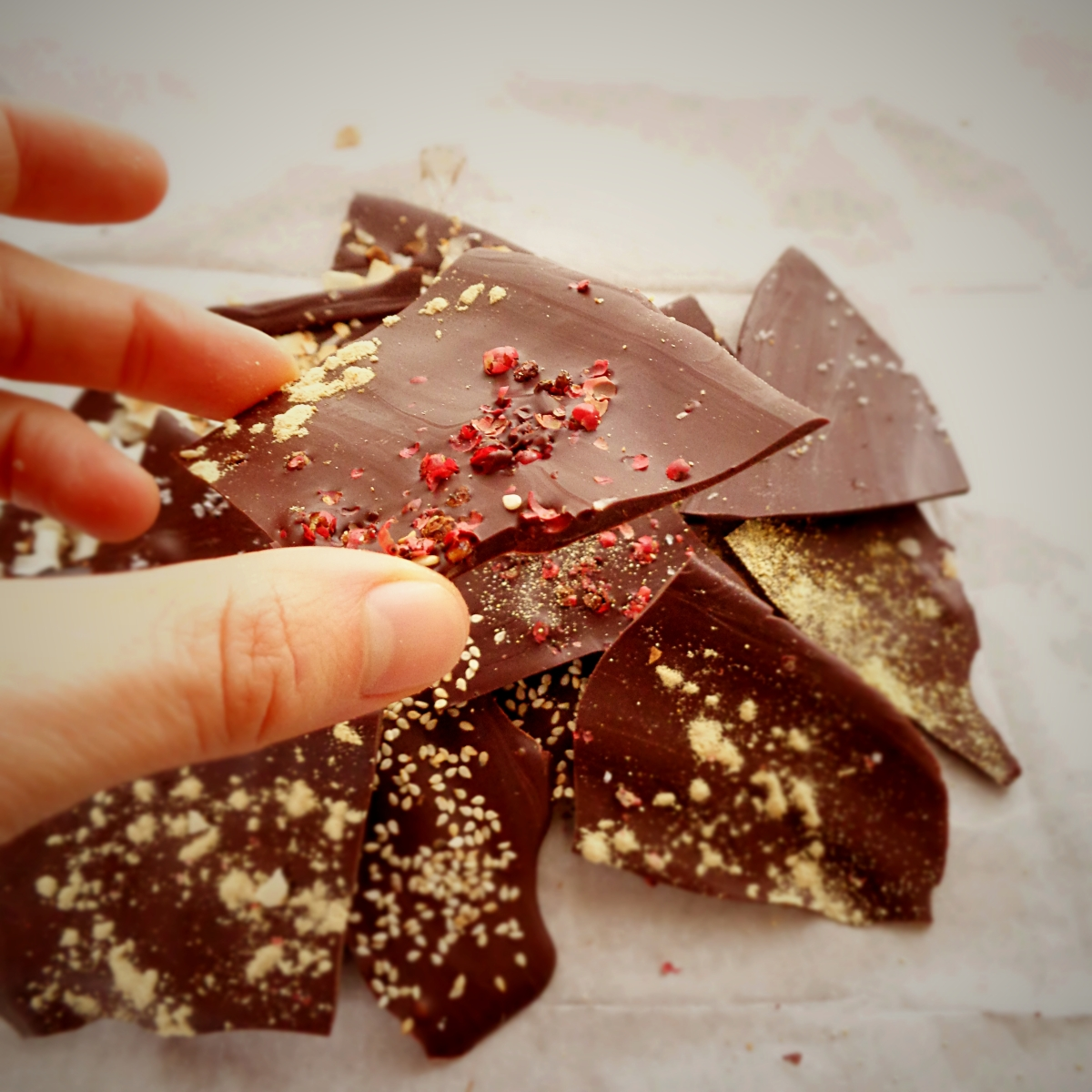 "Presentes de Natal caseiros: chocolate com ""purpurinas"" / DIY Christmas gifts: ""jeweled"" chocolate"