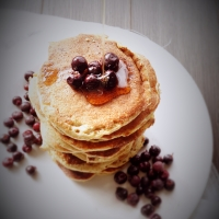 As panquecas mais fofas com bagas Saskatoon / The fluffiest pancakes with Saskatoon berries