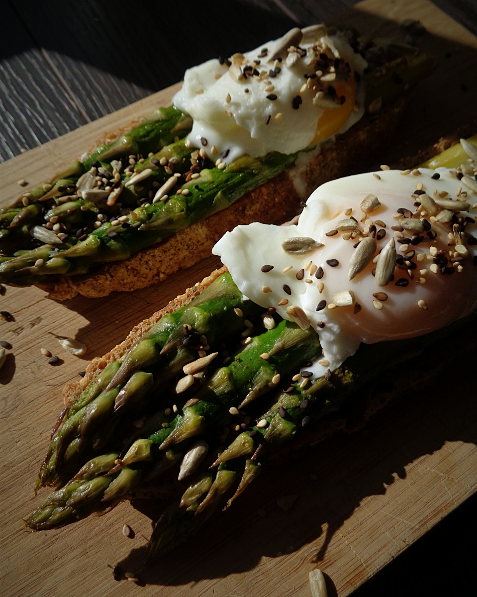 Bruschetta de espargos com ovo escalfado e sementes / Asparagus bruschetta with poached egg and seeds