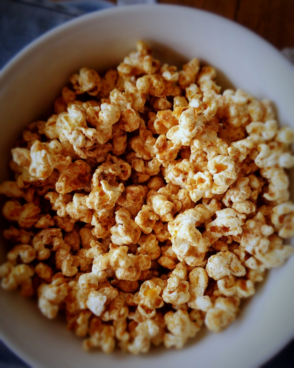 Pipocas com tahini, canela e laranja / Popcorn with tahini, cinnamon and orange sauce