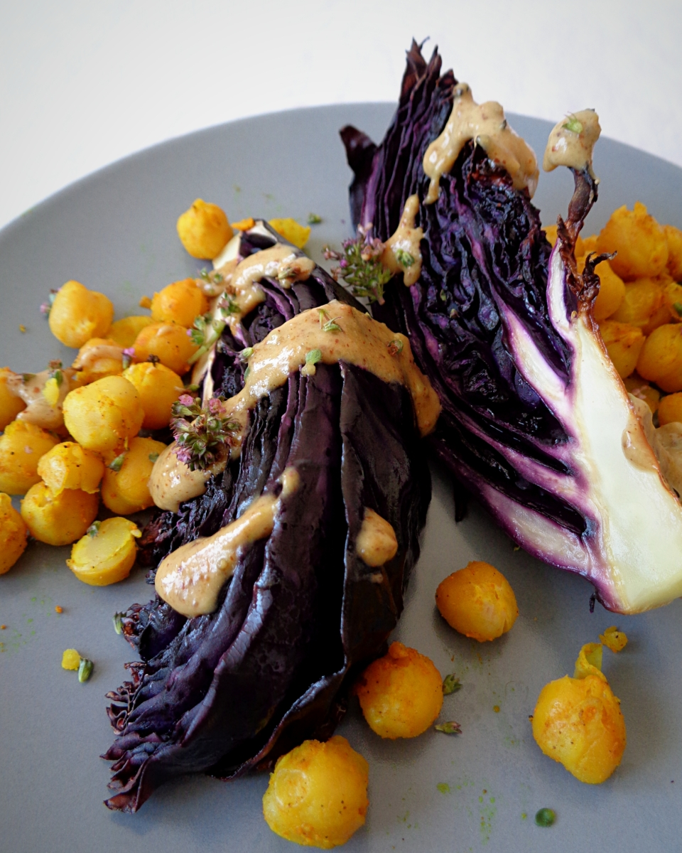 Salada de couve roxa assada com grão e molho de amêndoa e tomilho // Roasted red cabbage salad with turmeric chickpeas and almond thyme dressing