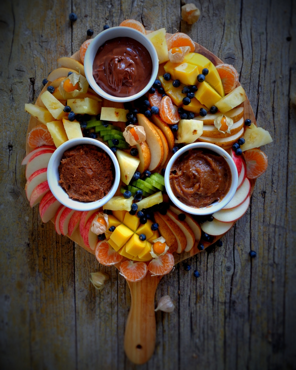 A incrível tábua de frutas com 3 dips doces // The ultimate fruit platter with 3 sweet dips