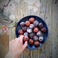 Bliss balls de chocolate e coco saudáveis / Chocolate and coconut healthy bliss balls