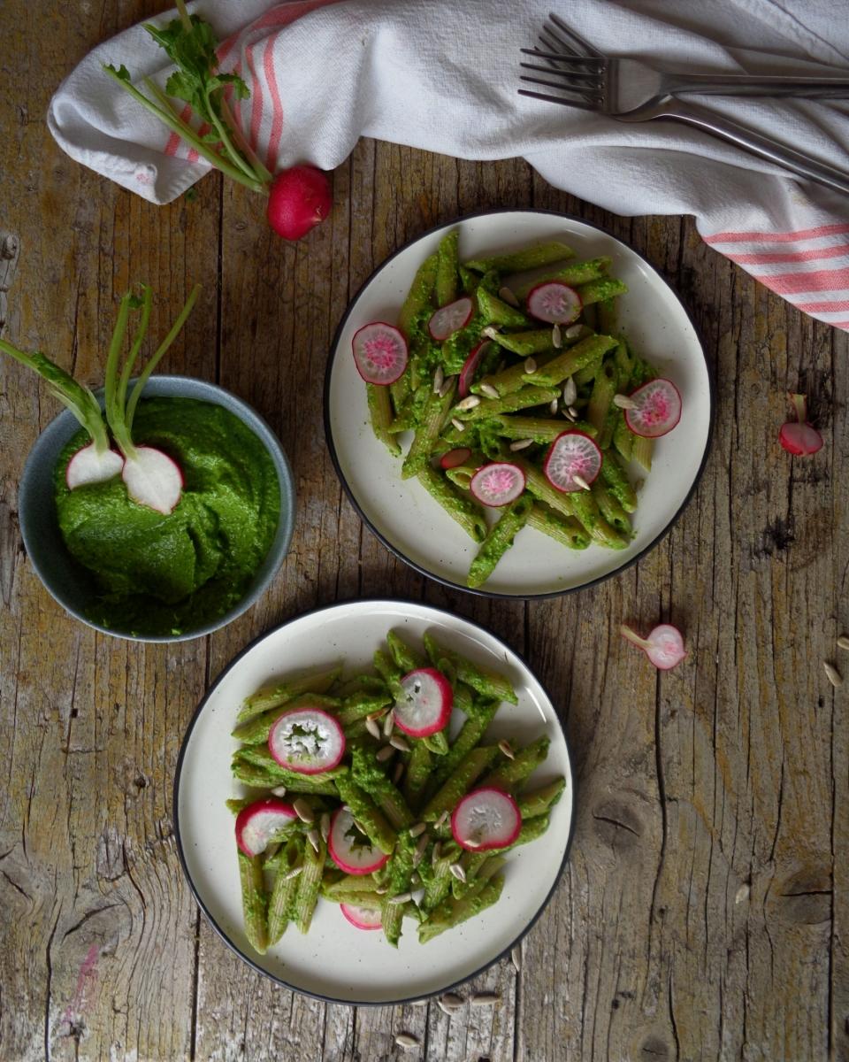 Pesto primavera com rama de rabanete / Spring pesto with radish greens (vegan)